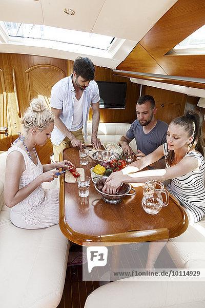 Freundschaft Yacht Kabine essen essend isst Adriatisches Meer Adria