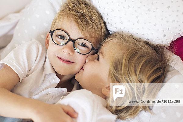 Bruder küssen klein groß großes großer große großen Mädchen