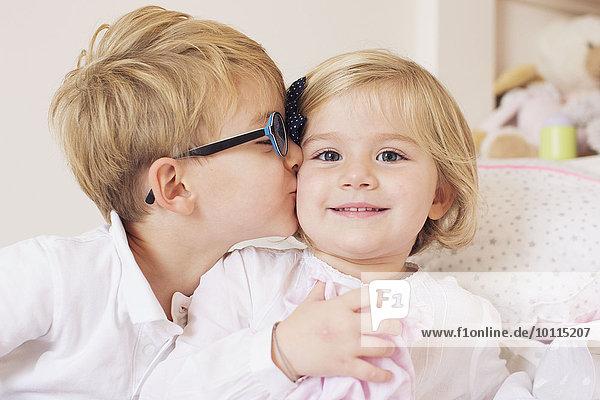 Junge - Person küssen