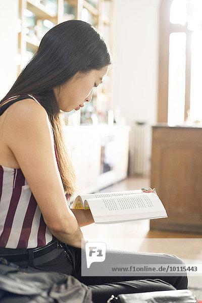Interior zu Hause Frau Buch Taschenbuch vorlesen