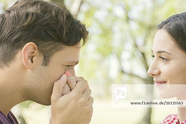 Mann Frau küssen