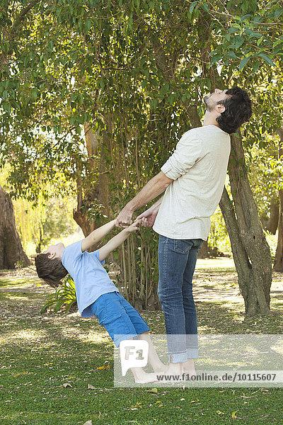 Außenaufnahme Junge - Person Menschlicher Vater klein Verbundenheit freie Natur