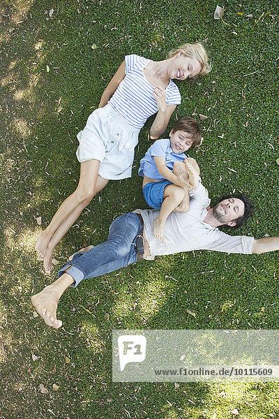 liegend liegen liegt liegendes liegender liegende daliegen Zusammenhalt Junge - Person jung Gras