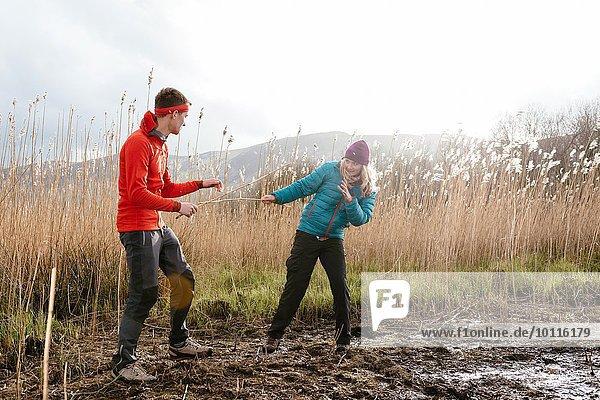 Junges Paar beim Wandern  herumalbern  Derwent Water  Keswick  Lake District  Cumbria  Großbritannien