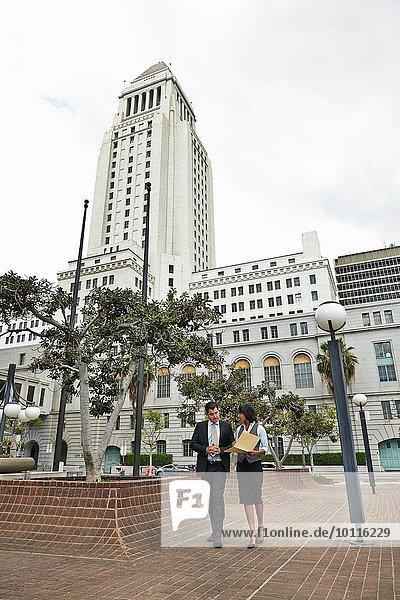 Geschäftsleute gehen über Fliesenboden  Los Angeles City Hall  Kalifornien  USA