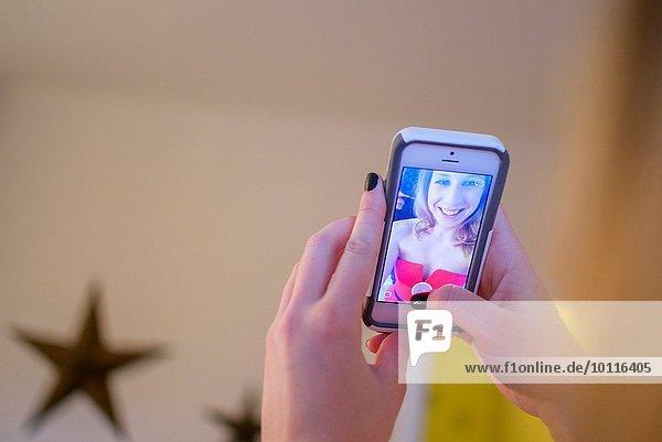 Hände der jungen Frau  die Smartphone Selfie nimmt