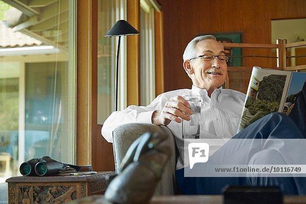 Älterer Mann zu Hause  liest Zeitschrift