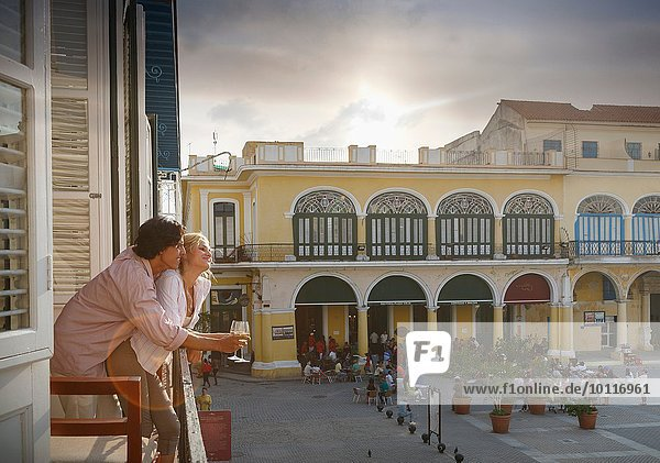 Romantisches junges Paar mit Blick vom Balkon des Restaurants in Plaza Vieja  Havanna  Kuba
