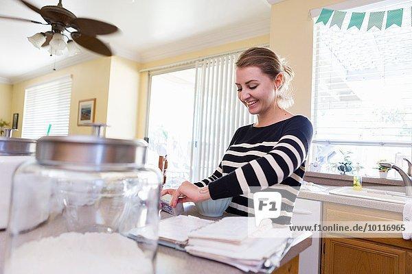 Frau beim Backen in der Küche