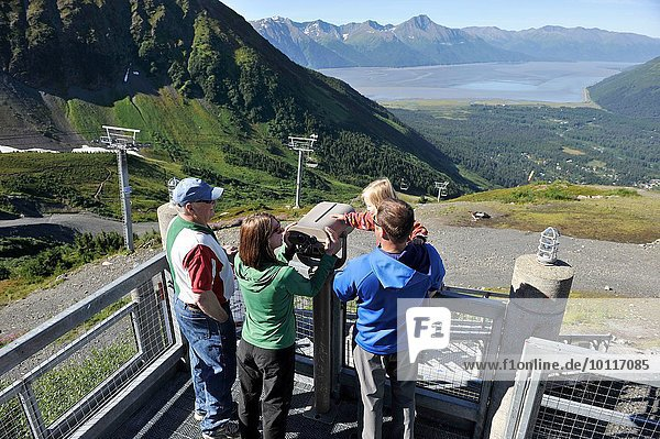 Touristen  die von der Aussichtsplattform Roundhouse  Alyeska Resort  Girdwood  Alaska  USA  ausblicken.