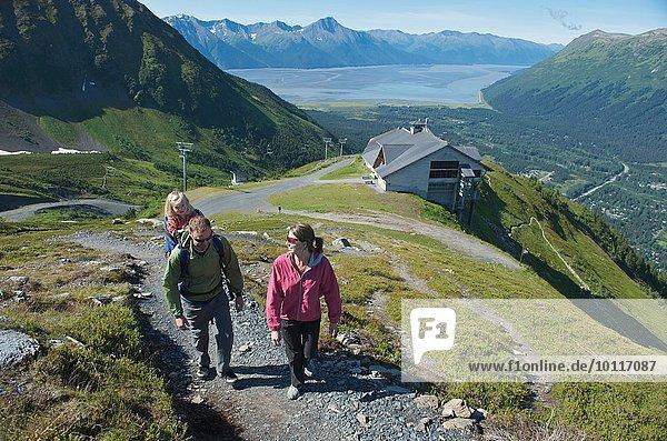 Touristen auf dem Weg  Mighty Might Trail  Alyeska Resort  Turnagain Arm  Mt. Alyeska  Girdwood  Alaska  USA