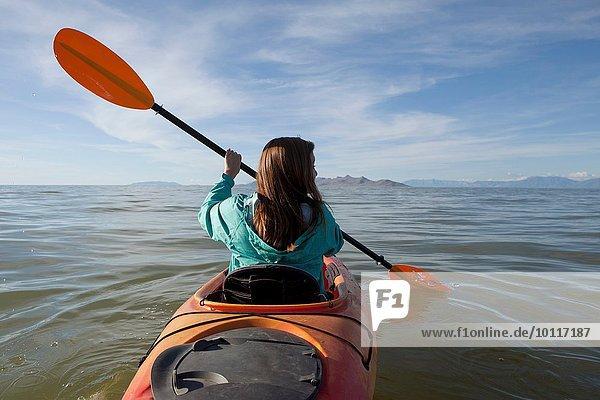 Rückansicht der jungen Frau beim Kajakfahren  Paddel halten  Great Salt Lake  Utah  USA