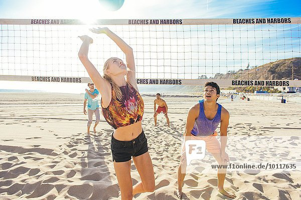 Freundeskreis beim Volleyball am Strand