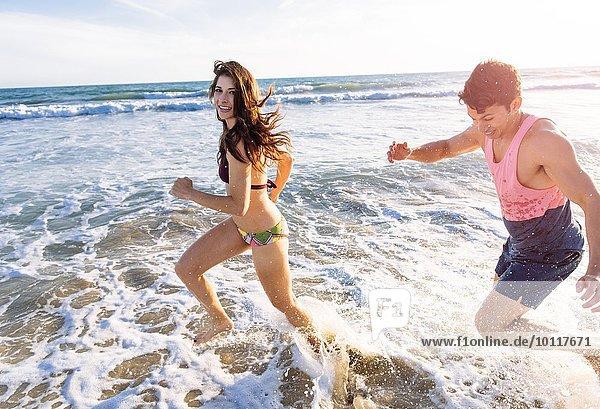 Junges Paar  das im Meer läuft