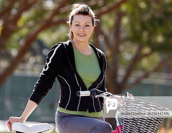 Porträt einer reifen Radfahrerin auf der Vorstadtstraße