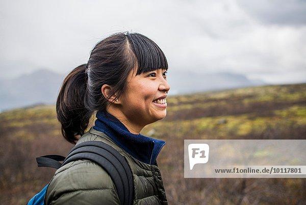 Seitenansicht Porträt einer erwachsenen Touristin  Skaftafell  Island