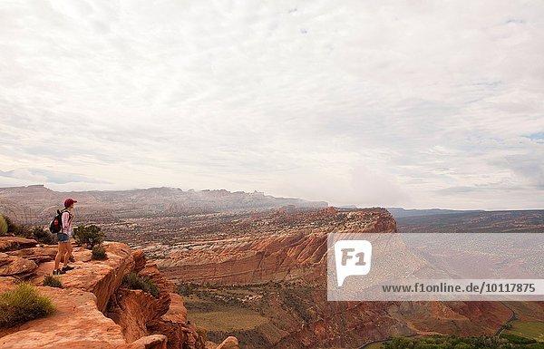 Wanderin mit Blick auf den Capitol Reef National Park  Torrey  Utah  USA