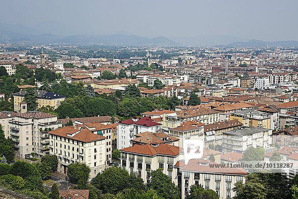 Stadtansicht  Ausblick auf die Unterstadt  Bergamo  Lombardei  Italien  Europa