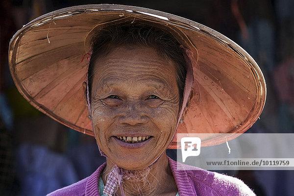 Einheimische Frau mit Strohhut  lächelt  Portrait  Maing Thauk  Inle-See  Shan-Staat  Myanmar  Asien
