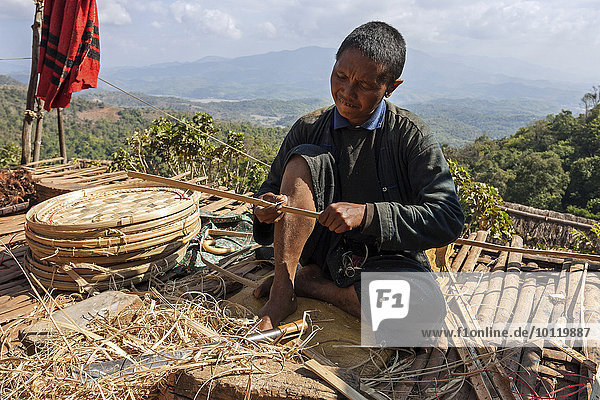 sitzend Berg arbeiten Dorf Terrasse Bambus Myanmar Asien