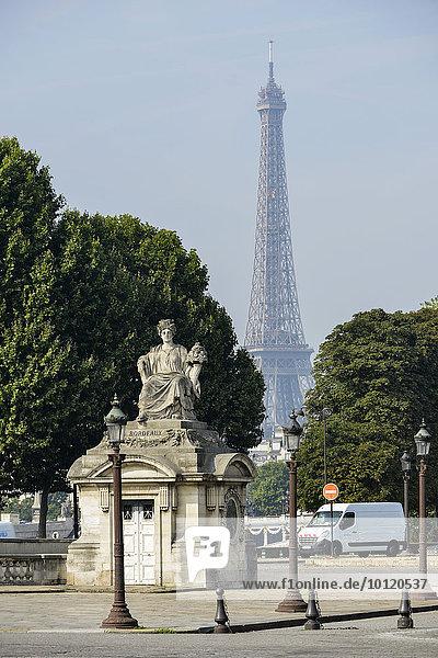Statue von Bordeaux  Place de la Concorde  hinten Eiffelturm  Tour Eiffel  Paris  Frankreich  Europa