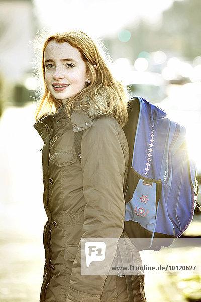 Mädchen mit Schultornister auf dem Schulweg  Köln  Nordrhein-Westfalen  Deutschland  Europa Mädchen mit Schultornister auf dem Schulweg, Köln, Nordrhein-Westfalen, Deutschland, Europa