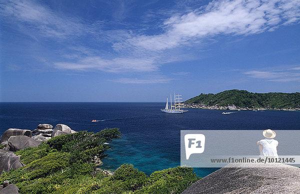 Blick auf einen Kreuzfahrtsegler vor Ko Similan bei Phuket  Thailand  Südostasien  Asien