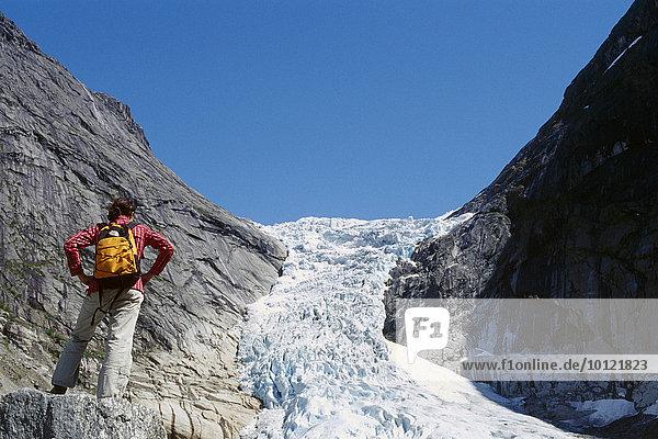 Wanderin  Jostedalsbreen Gletscher  Norwegen  Europa