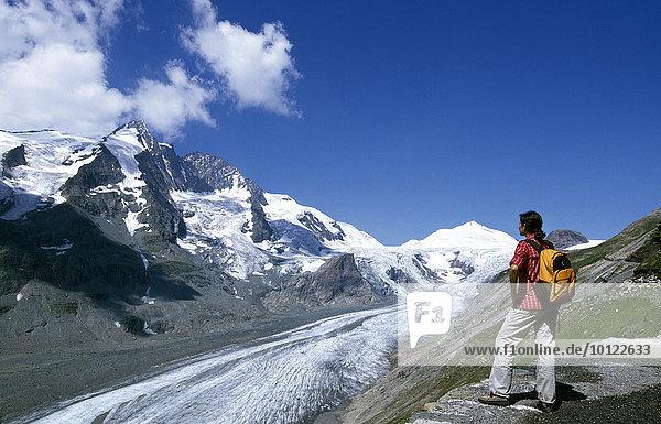 Wanderin mit Blick auf Großglockner  Paterzengletscher  Hohe Tauern  Kärnten  Österreich  Europa