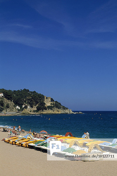 Tretboote am Strand von Lloret de Mar  Costa Brava  Katalonien  Spanien  Europa