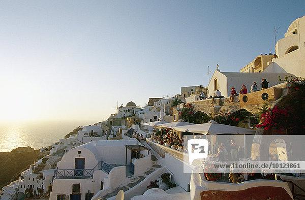 Touristen  Blick auf Oia  Santorin  Kykladen  Griechenland  Europa