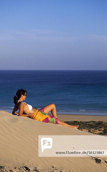 Frau auf Sanddüne bei den Playas de Sotavento  Fuerteventura  Kanarische Inseln  Spanien  Europa