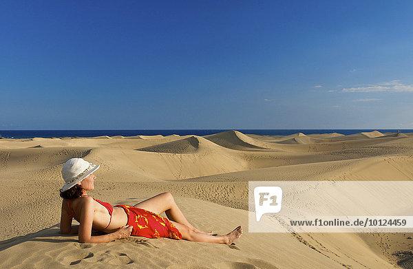 Frau vor Sanddünen von Maspalomas  Gran Canaria  Kanarische Inseln  Spanien  Europa