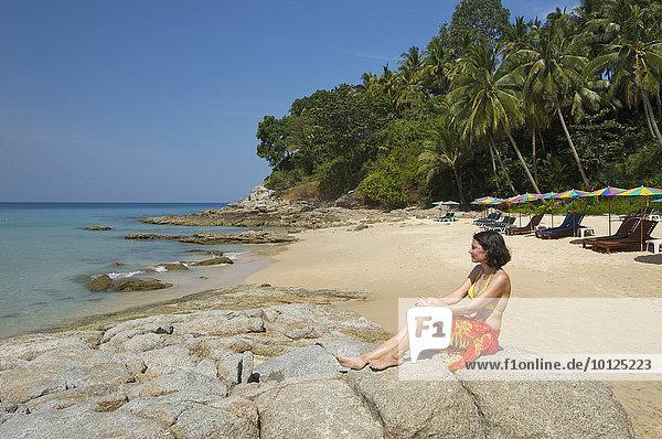 Frau am Surin Beach  Insel Phuket  Thailand  Asien