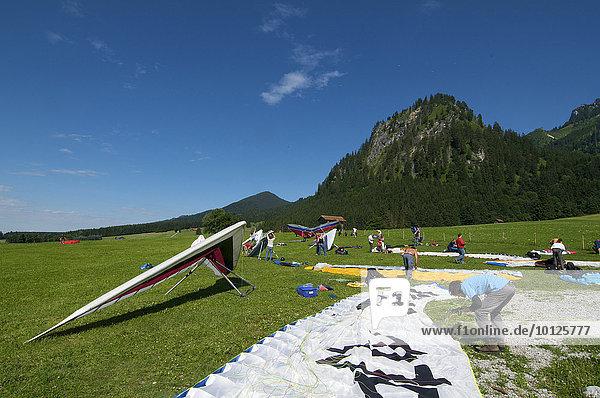 Landewiese für Gleitschirm- und Drachenflieger am Fuß des Tegelberges  Füssen  Allgäu  Bayern  Deutschland  Europa