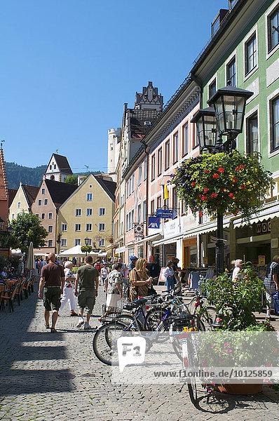Fußgängerzone und die Türme des Klosters St. Mang und des Hohen Schlosses  Füssen  Allgäu  Bayern  Deutschland  Europa