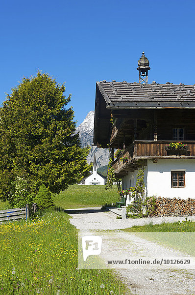Bauernhof und Kirche in Pertisau am Achensee  Tirol  Österreich  Europa