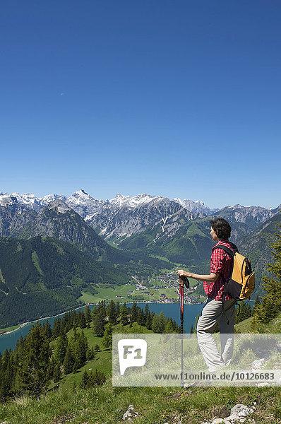 Wanderin mit Blick vom Durrakreuz auf den Achensee  Tirol  Österreich  Europa