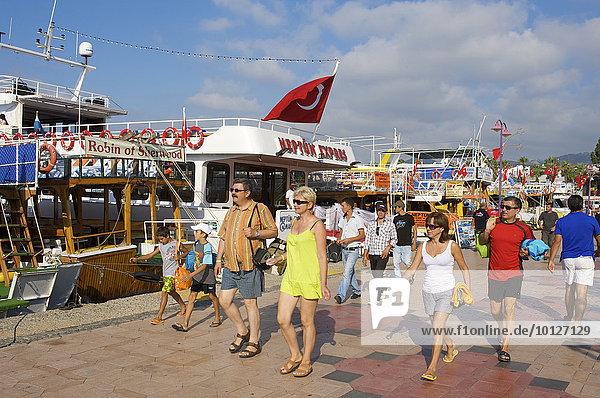 Touristen an der Hafenpromenade von Marmaris  türkische Ägäis  Türkei  Asien