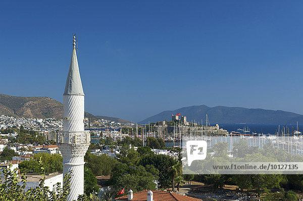 Blick auf Altstadt  Hafen und Kastell St. Peter in Bodrum  türkische Ägäis  Türkei  Asien