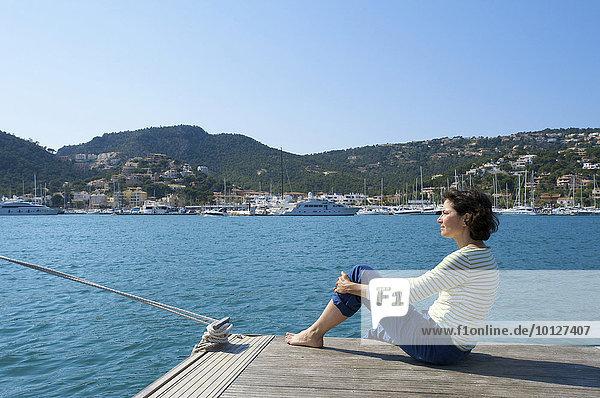 Touristin mit Blick übers Meer  Port d'Andratx  Mallorca  Balearen  Spanien  Europa