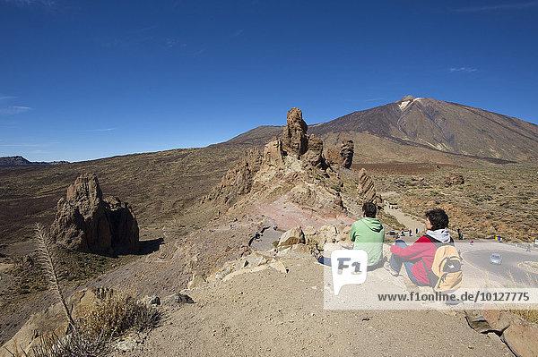 Touristen bei den Los Roques im Parque Nacional del Teide  Teneriffa  Kanarische Inseln  Spanien  Europa