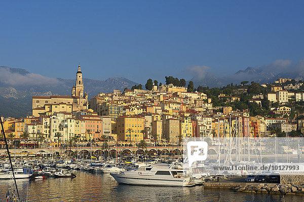 Yachthafen mit der Altstadt von Menton  Menton  Département Alpes-Maritimes  Region Provence-Alpes-Côte d?Azur  Frankreich  Europa