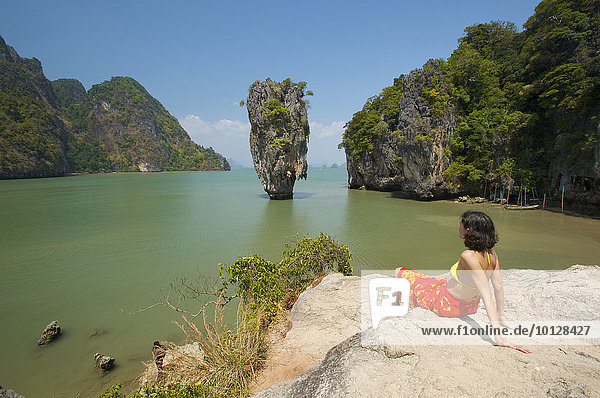 Frau mit Ausblick auf den Khao Phing Kan oder James-Bond-Felsen  Krabi  Thailand  Asien