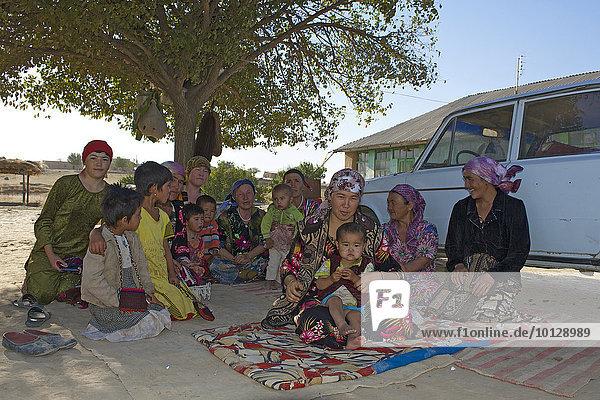 Einheimische Frauen und Kinder  Arabbandi  Usbekistan  Asien