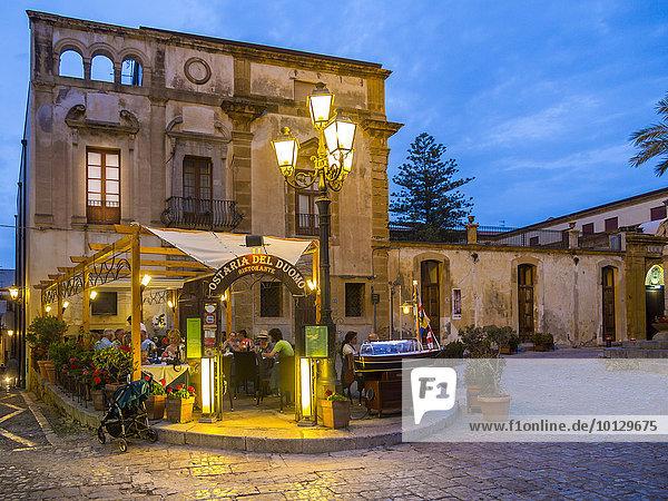 Restaurants an der Piazza del Duomo zwischen mittelalterlichen Häuser  Cefalù  Provinz Palermo  Sizilien  Italien  Europa