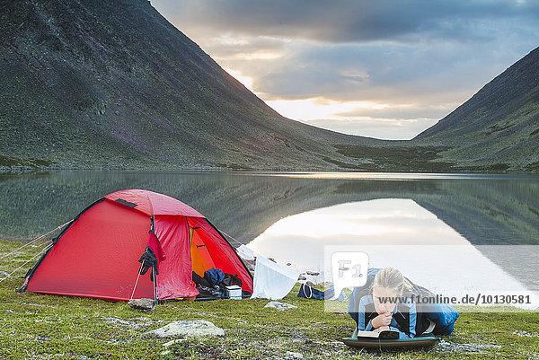 Frau See camping reifer Erwachsene reife Erwachsene