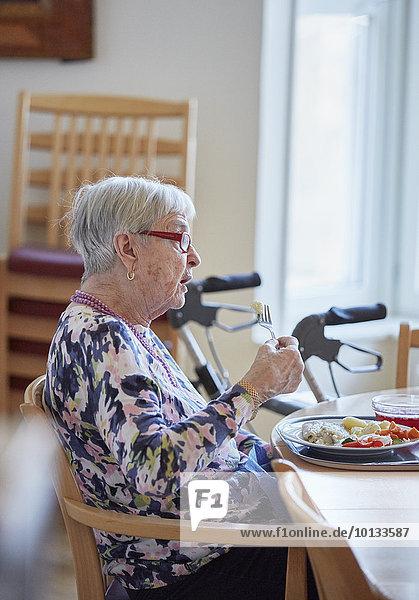 Senior Senioren Frau Mittagessen