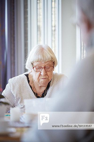 Senior Senioren Frau vorlesen