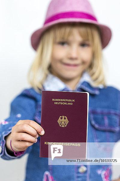 Mädchen mit Kinderreisepass  Kiel  Schleswig-Holstein  Deutschland  Europa